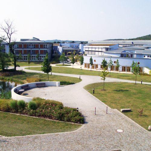 Parkgelände des BFW Dresden mit Sicht auf ein Ausbildungsgebäude